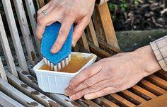 Kostenspielige Reinigungsmittel für Teakholz-Gartenmöbel müssen nicht sein. Mit Schmierseife, warmem Wasser und einer Wurzelbürste kann man Holzmöbel perfekt reinigen.
