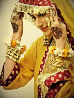 Beautiful! Look at the Henna/Mehndi as well wow