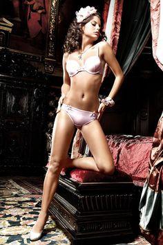 Culotte rose pâle et ruban en satin.