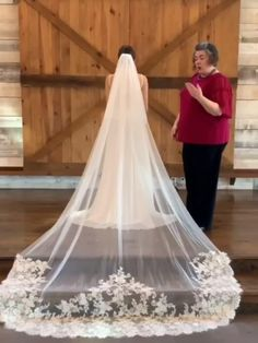 In this video, we introduce how to choose the weeding dress to match the veil TSDZ002 Fall Wedding Colors, Wedding Color Schemes, Wedding Veils, Bridal Veils, Chapel Length Veil, Lace Veils, Lace Flowers, Bridal Lace, Boyfriends