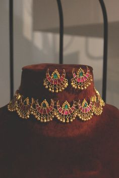 Ruby Red and Emerald Green Delicate Gold Plated Kundan Polki Bridal Indian Choker Necklace Set with Half Moon Studs Earrings and Gold Beads - New Ideas Gold Earrings Designs, Gold Jewellery Design, Necklace Designs, Antique Jewellery, Jewellery Box, Bespoke Jewellery, Temple Jewellery, Silver Jewellery, Pearl Jewelry
