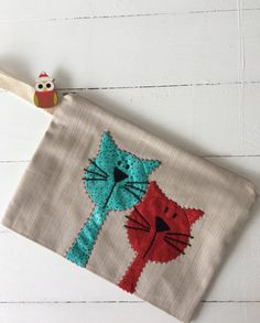 Terrific Absolutely Free sewing bags cat Tips At HomeCatVar - Two Cats - Portfolio bag, Mug Rug Patterns, Applique Patterns, Quilt Patterns, Easy Patterns, Free Motion Embroidery, Hand Embroidery, Machine Embroidery, Cat Crafts, Sewing Crafts