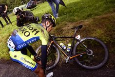 Le Tour de France 2014 Stage 10. Contador crashes and injures his knee.