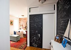 Ingenious design hacks, such as under-the-bed shoe storage and chalkboard walls, distract from this tiny apartment's size. Source: Chellise Michael via Homepolish Under Bed Shoe Storage, Diy Storage Bed, Smart Storage, White Chalkboard Paint, Chalkboard Walls, Tiny Apartments, Studio Apartments, Diy Shoe Rack, Gravity Home