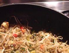 Zin in een koolhydraatarme maaltijd met lekker veel groente? Kies dan voor deze makkelijke bloemkoolnasi. Met een keukenmachine in 15 min op tafel. Low Carb Recipes, Healthy Recipes, Air Fryer Recipes, Fried Rice, Food Pictures, Nom Nom, Cake Recipes, Paleo, Lunch