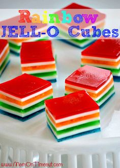 Cubes Rainbow JELL-O |  MomOnTimeout.com - Rainbow Cubes JELL-O sont parfaits pour la Saint-Patrick ou n'importe quel jour vous voulez apporter un sourire au visage de quelqu'un!  Le plaisir parfait!  #Jello #StPatricksDay #recipe