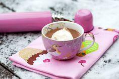 Talven pakkaskeleillä maistuu kuuma suklaajuoma, jonka makua voi säätää käyttämällä maustettuja suklaita. Laita termariin ja nauti kylmänä talvipäivänä: Minttusuklaajuoma