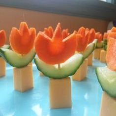 Karotten, Gurken und ein Stück Käse únd schon hat man einen essbaren Blumentopf. Leckeres Essen für den Kindergeburtstag! #fingerfood, #kindergeburtstag #kinder #essen http://de.allrecipes.com/rezept/15945/m-hren-gurken-blumen.aspx