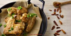 Gefrituurde kippenvleugels in vissaus / Canh ga chien nuoc mam (foto: Pho Vietnam © Kim Le Cao)