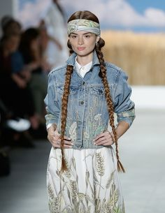 Mara Hoffman cambia completamente de tercio y propone un 'look' a medio camino entre lo 'hippie' y lo nativo americano.