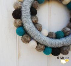Corona de bolas de fieltro / Felt ball wreath por TheWhiteCraft