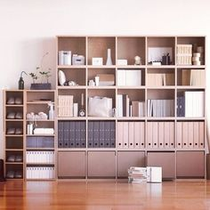 こちらは、大きな本棚として使っています。 中のファイルなども統一しているので、 ちっともごちゃごちゃ感が感じられません!