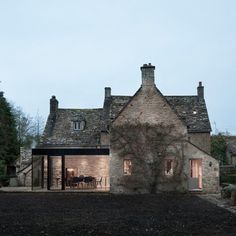 Harmonial contrast of old and new Jonathan+Tuckey+Design+adds+glazed+extension++to+Grade+II-listed+Yew+Tree+House Architecture Extension, Residential Architecture, Modern Architecture, Sustainable Architecture, Style At Home, Cotswold House, Cottage Extension, Stone Houses, Glass Houses