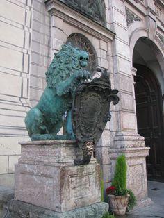 A müncheni Rezidenzstrasse bronz oroszlánjai, akik teljesítik a kívánságokat. Bronze lions on Rezidenzstrasse in München. You can make a wish while touching them!