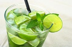 How to make the Ultimate Mojito for the summer. After much trying, we have found the Perfect Mojito Recipe Fun Drinks, Alcoholic Drinks, Virgin Mojito, Mojito Cocktail, Mojito Recipe, Wie Macht Man, Smoothie Ingredients, Fruit Smoothies, Food And Drink