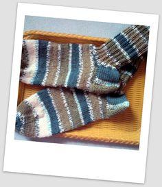 Proužky pro pány vel.45-47 Ručně pletené ponožky ze samovzorující příze, teplé, jemné s láskou pletené velikosti 29-31 cm. Kombinace petrolejové s khaki zelenou světlou a tmavší, melírové proužky a smetanová nakonec. :-) Pleteno na 5 jehlicích, žádné švy ani navazování barev.  Pokud máte doma ještě prcka, může mít ponožky úplněn stejné. Tady jsou...
