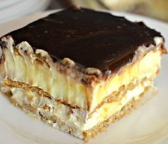 This easy graham cracker eclair cake recipe an easy, no bake dessert that's sure to impress the family every time! Make this ASAP and see! Eclair Cake Recipes, Cookie Recipes, Eclair Recipe, Chocolate Eclair Cake, Romanian Desserts, Sweet Tarts, Food Cakes, Yummy Cookies, Savoury Cake