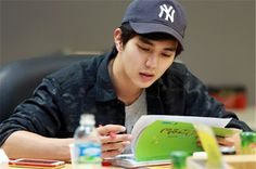 """Yoo Seung Ho Gets Together With Co-Stars At """"Imaginary Cat"""" First Script Reading"""