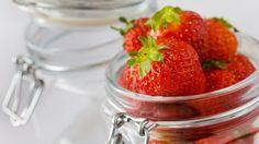 Vařením přijdete o spoustu zdraví prospěšných látek v ovoci obsažených. Strawberry, Good Things, Homemade, Fruit, Food, Ideas, Chemistry, Alcohol, Home Made