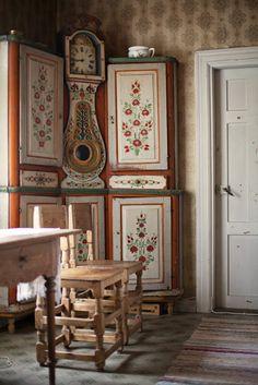 Scandinavian Farmhouse: Swedish corner cabinet and a built in Mora clock w. Swedish Cottage, Swedish Decor, Scandinavian Folk Art, Swedish Style, Swedish Design, Scandinavian Interior, Home Interior, Interior Design, Scandinavian Kitchen