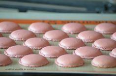Voici le pas à pas en images pour ne plus rater ses macarons pour environs 30 macarons  INGRÉDIENTS ... Dessert Thermomix, Thermomix Bread, Macaron Flavors, Macaron Recipe, Vanilla Macarons, Perfect Cookie, Cooking Chef, Cookies, Dessert Table