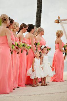 Este rosa nos parece genial para un evento como el de la foto que es en la playa. :)