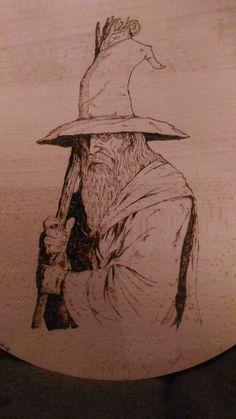 Gandalf pyrogravé sur plateau en hêtre : Cuisine et service de table par val-heureuse