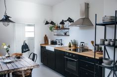 Dans la cuisine, la tendance actuelle se veut au robinet noir. Avec son style contemporain, il donne une fière allure à votre évier !