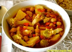 Easy One-Pot Vegan Chickpea, Cauliflower & Sweet Potato Stew http://www.ordinaryvegan.net/one-pot-vegan/
