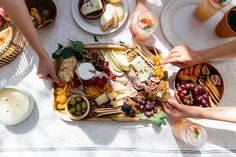 How to Make a Cheese Board That Won't Break the Bank (Really!) Charcuterie Board Meats, Charcuterie Recipes, Charcuterie And Cheese Board, Cheese Boards, Vegetarian Appetizers, Appetizer Salads, Appetizer Recipes, Party Platters, Food Platters