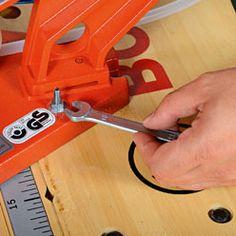 Fixer la scie à chantourner sur un plan de travail Dremel, Outdoor Power Equipment, Train, Animation, Boutique, Sexy, Decor Crafts, Diy Crafts, Scroll Saw Patterns