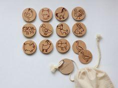 Es gibt 24 Holz Münzen aus allen natürlichen Buchenholz gefertigt und Maßnahme 5,5 cm im Durchmesser. Sie sind zu einer glatten Oberfläche geschliffen und sind weich im Griff. Jedes Set enthält 12 Paare von Original laser gravierte Tierbilder. Es gibt eine Baumwoll-Tasche zu sammeln und die Stücke Tasche, wenn sie nicht verwendet werden. Das Set ist ein einzigartiges Geschenk für Eltern und Kinder gemeinsam zu genießen. Die perfekte spielen Spielzeug für Picknicks, Spieldaten oder…