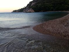 Hier kannst Du sehen, wie der Bach im Meer mündet. Wer mag, kann sich nach dem Baden im Meer auch gleich in eine natürliche Badewanne legen. So wäscht du dir das Salz vom Körper ab und gleichzeitig erlebst du einen Genuss ganz besonderer Art. Am Strand entlang zu spazieren macht Spass. Du erreichst Cirali zu Fuss in zehn Minuten. Mit dem Auto sind es 21 Kilometer.