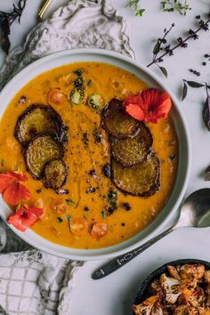 Roasted Butternut Squash and Golden Beet Soup with Coconut Milk (Vegan) A combination of earthy-sweet golden beets, creamy coconut milk a touch of apple cider vinegar to brighten it all up. Beet Soup, Roasted Butternut Squash, Soup And Salad, Beet Borscht, Beet Recipes, Healthy Soup Recipes, Paleo Soup, Smoothie Recipes, Smoothies