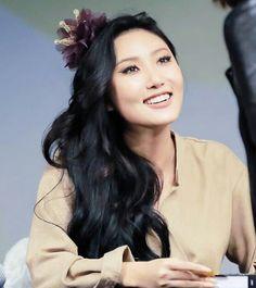 Hwasa Mamamoo, Kpop Girl Groups, Korean Girl Groups, Kpop Girls, Bride Of Frankenstein Costume, Female Singers, Her Smile, Korean Beauty, South Korean Girls