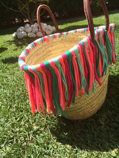 Capazo trapillo flecos Recycled T Shirts, Diy Purse, Straw Tote, Craft Bags, Basket Bag, Fabric Bags, T Shirt Yarn, Summer Bags, Knitted Bags