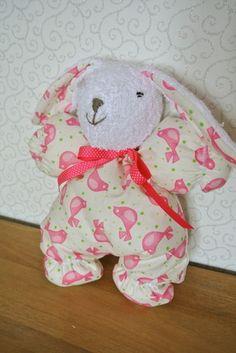 Ce petit lapin sera le doudou idéal ! Sa tête et l'extérieur de ses oreilles sont en éponge blanche, son corps et l'intérieur de ses oreilles sont en coton fond blanc motifs o - 10847635