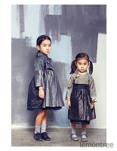 블랙 코드디자인의 변형보다는 톤 다운된 컬러로 시크하게 풀어낸 명절 한복은 가족이 함께 맞춰 입었을 때 더 빛이 난다. 블랙이