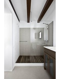 White step between grey floor and wooden shower floor - nice break