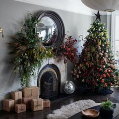 Our latest boho holiday decor obsession? Christmas trees covered in flowers! Dried flowers (and maybe a few faux blooms) are easy to decorate and total showstoppers. Get inspired with our favorite floral trees only on Green Wedding Shoes! Advent, Christmas Tree Decorations, Holiday Decor, Winter Holiday, Seasonal Decor, Holiday Fun, Beautiful Christmas Trees, Christmas Flowers, Ombre Christmas Tree