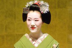 Maiko Tomitae, Gion Higashi (via 八月の舞妓さん・祇園東 ゆうちゃんの『きょう散歩』)