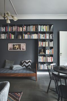 42 Alluring Bedroom Designs With Dark Wall That Breaks The Monotony - Modul Home Design Home Library Design, Home Office Design, Simple Bedroom Decor, Diy Room Decor, Home Decor, Bedroom Ideas, Copenhagen Apartment, Billy Ikea, Vintage Apartment