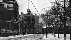 Oslo Stortingsgaten ved Tivolis hovedinngang og Theatercafeen i 1902. Denne inngangsfløyen til Tivoli ble åpnet i 1890, og lå der hvor Høyres hus i dag ligger.