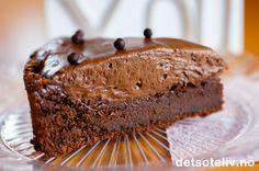 """""""Dur Mou"""" er en berømt, fransk sjokoladekake som består av delvis stekt og delvis ustekt sjokolademousse. Jegfikk faktisk denne oppskriften en gang jeg var i Danmark, hvor den ofte kalles """"Prins Henriks Dur Mou"""". Prins Henrik av Danmark - født i Frankrike for75 år siden med det klingende navnet """"Henri Marie Jean André greve de Laborde de Monpezat"""" - er så kjent for sine interesser for det sanselige at han har fått kallenavnet """"Prins Livsnyder""""."""
