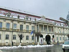 Situe au centre ville, dans la Place de l'Unité, cet édifice a été construit entre 1774 et 1785 selon les plans de l'architecte Johann Eberhard Blaumann. Le palais a été érigé afin de servir de résidence privée au comte György III Bánffy (1746–1822), gouverneur de la Transylvanie de 1787 à 1822.