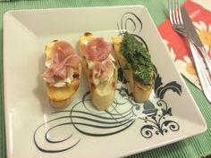 Bruschetta com presunto Parma e com pesto de agrião
