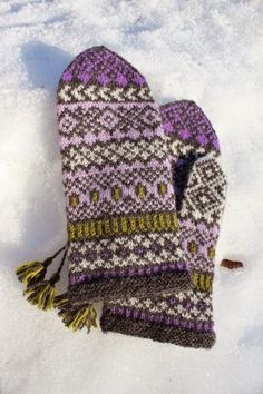 Pattern generously gifted to Solveigs Vantar Solveig's Mittens group by Solveig Larsson herself In January Knitted Mittens Pattern, Fair Isle Knitting Patterns, Knit Mittens, Knitting Charts, Knitted Gloves, Knitting Stitches, Hand Knitting, Fingerless Mittens, Wrist Warmers