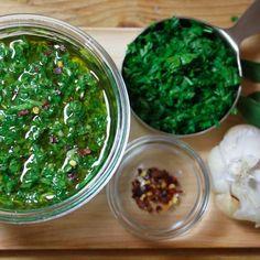 Quer dar um toque especial às suas saladas, carnes e até mesmo a macarronada? Confira essas receitas de molhos incríveis que vão te surpreender!