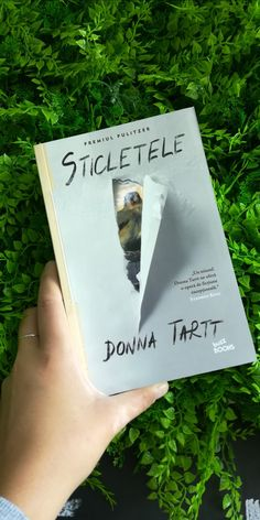Un triumf. Donna Tartt ne ofera o opera de fictiune exceptionala. - Stephen King Donna Tartt, Stephen King, New York Times, Vanity Fair, Yorkie, Opera, Chic, Books, Literatura