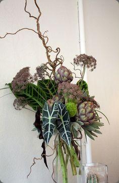 artichokes floral art - not the best photo but interesting combination of plants Tropical Floral Arrangements, Vase Arrangements, Ikebana, Hotel Flowers, Flower Bar, Corporate Flowers, Flora Design, Flower Centerpieces, Tropical Centerpieces